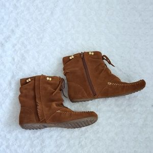 Minnetonka Hard Sole Fringe and Bead Booties 7.5